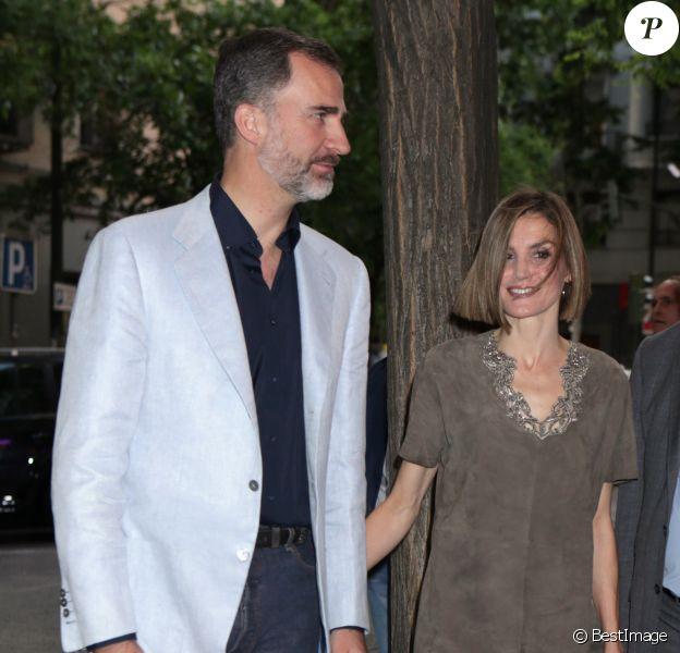 La reine Letizia, très sexy dans une robe Uterqüe en daim, et le roi Felipe VI d'Espagne assistaient le 14 mai 2015 à la finale du concours FameLab de stand-up scientifique, à la salle Galilée, à Madrid.
