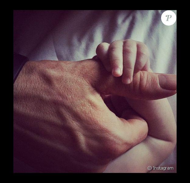 Le 14 mai 2015, Ryan Reynolds a dévoilé la première photo de sa fille James. On voit seulement la main de la petite.