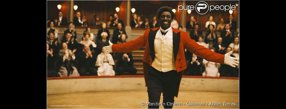 Omar Sy dans la première image du film Chocolat de Roschdy Zem