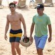 Matt Bomer se promène avec son époux Simon Halls sur une plage à Hawaii, le 19 mai 2015