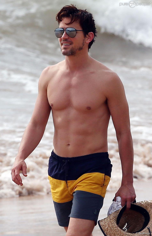 Matt Bomer se promène avec son mari Simon Halls sur une plage à Hawaii, le 19 mai 2015
