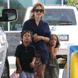 Jennifer Lopez, accompagnée de ses enfants Max et Emme, et son compagnon Casper Smart se sont arrêtés dans une station service pour faire le plein d'essence. Il semblerait que le couple parte en week-end pascal, à en croire les deux jet-skis embarqués derrière leur voiture. Pas si célibataire que ça la chanteuse !! Los Angeles, le 4 avril 2015