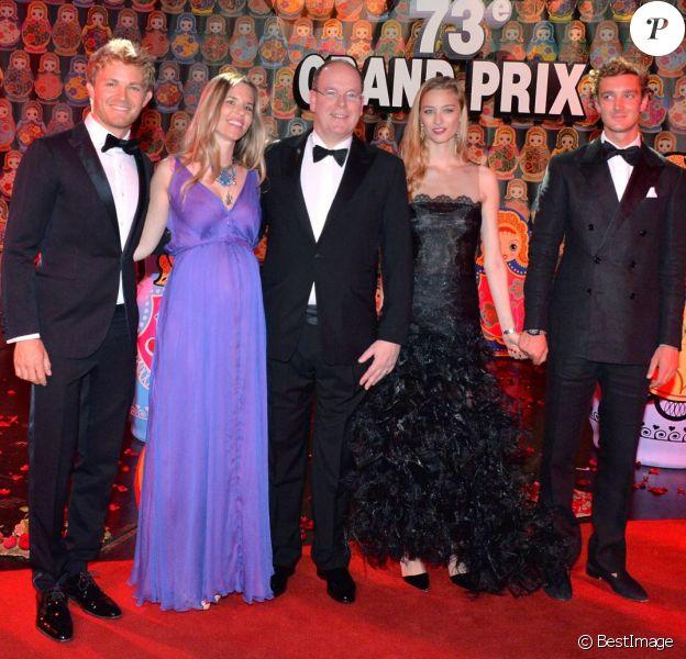 Nico Rosberg et sa femme Vivian, enceinte de leur premier enfant, avec le prince Albert II de Monaco, Beatrice Borromeo et son fiancé Pierre Casiraghi lors du gala de clôture du 73e Grand Prix de Monaco, remporté par le pilote allemand, le 24 mai 2015 au Sporting de Monte-Carlo.