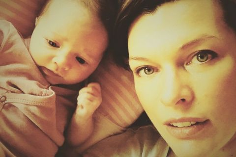 Milla Jovovich aux anges : Un baptême traditionnel pour son adorable Dashiel