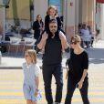 Ben Affleck, sa femme Jennifer Garner et leurs filles Seraphina et Violet vont déguster une glace en famille à Santa Monica, malgré les rumeurs de séparation du couple, le 28 mai 2015