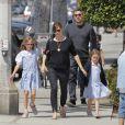 Ben Affleck, sa femme Jennifer Garner et leurs filles Seraphina et Violet vont déguster une glace en famille à Santa Monica, malgré les rumeurs de séparation du couple, le 28 mai 2015.