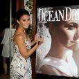 Emmanuelle Chriqui signe sa couverture lors de la présentation du nouveau numéro d'Ocean Drive Magazine May/June à Miami, le 6 juin 2015.