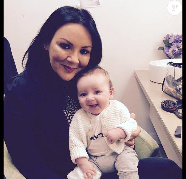 Martine McCutcheon avec son bébé Rafferty, 4 mois, dans les loges de l'émission This Morning (ITV) le 8 juin 2015.