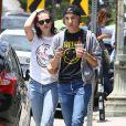 Kristen Stewart et sa supposée petite-amie Alicia Cargile se promènent à Silverlake, le 6 juin 2015.