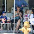 Exclusive - Nicole Richie et ses enfants Harlow et Sparrow, après l'école, s'offrent un moment de gourmandise chez Menchie's Frozen Yogurt, le 19 juin 2015