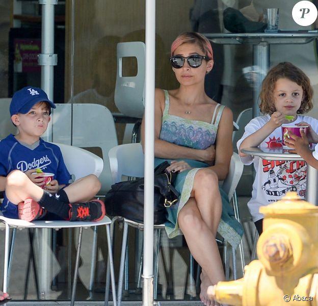 Exclusive - Nicole Richie et ses enfants Harlow et Sparrow chez Menchie's Frozen Yogurt, le 19 juin 2015