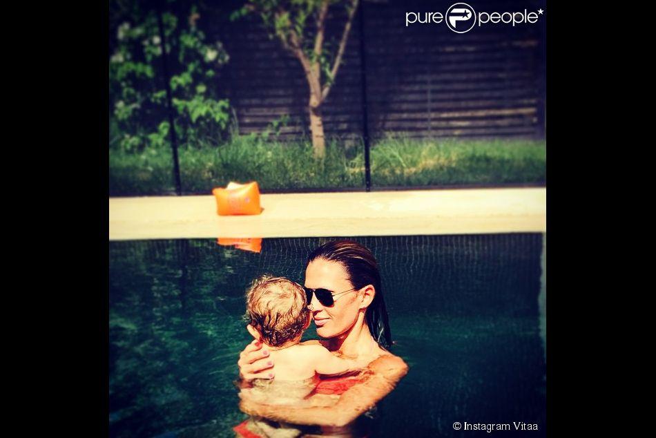 Vitaa et son fils, au soleil jeudi 25 juin 2015.