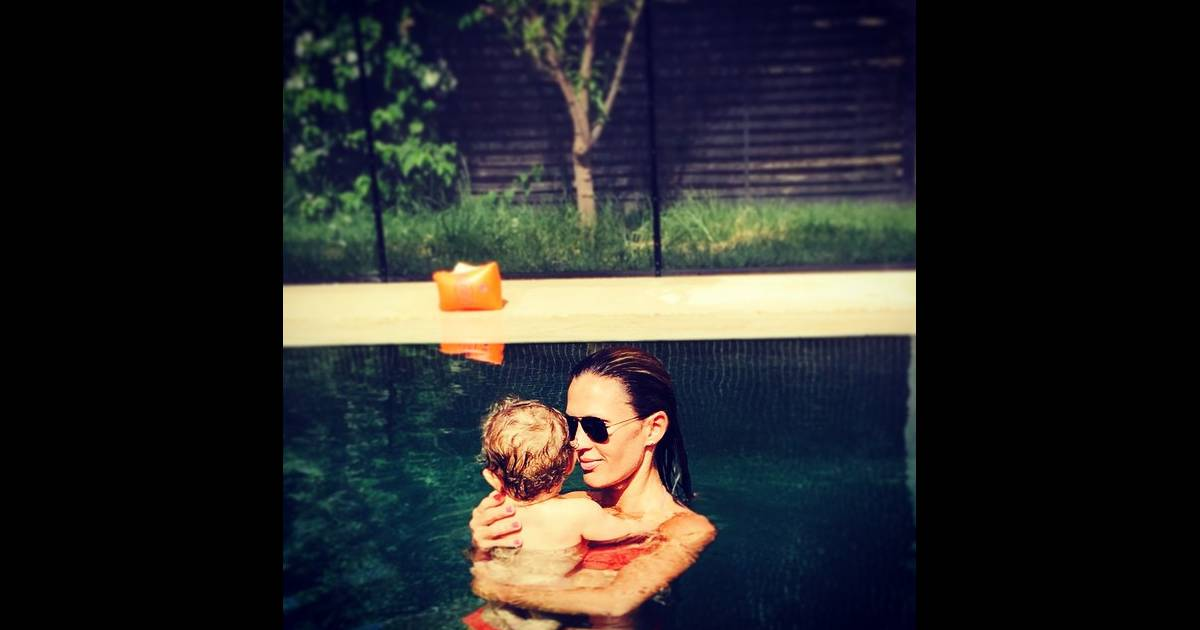 vitaa maman complice avec son petit adam en bikini sous le soleil du maroc purepeople. Black Bedroom Furniture Sets. Home Design Ideas