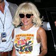 La chanteuse Lady Gaga promène son chien Asia tard dans la soirée à New York, le 19 juin 2015.