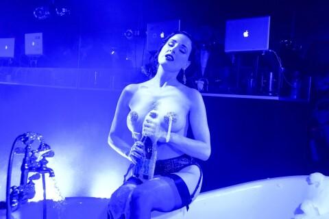 Dita von Teese à moitié nue : Son show sexy devant Rose McGowan décolletée