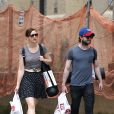 Daniel Radcliffe et sa compagne Erin Darke se promènent à New York avec des tapis de sol le 1er juillet 2015.