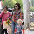 Exclusif - Neve Campbell est allée au marché avec son fils Caspian à Studio City le 17 mai 2015.