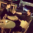 Léonard Trierweiler et Louis Sarkozy font la paix à la terrasse d'un café parisien, le 28 juin 2015.