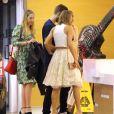"""Exclusif - Taylor Swift et son petit-ami Calvin Harris rejoignent Gigi Hadid, Joe Jonas, Jessica Alba, les soeurs Haim (Danielle, Este, Alana), et d'autres amis à la """"Soho House"""" avant d'aller déjeuner au """"Plan Check Kitchen and Bar"""" à Hollywood, le 15 juin 2015. Situation bizarre pour Taylor Swift?"""