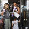 Mel B (Melanie Brown) achète un café chez Coffee Bean avec sa fille Madison à Los Angeles, le 25 février 2015.