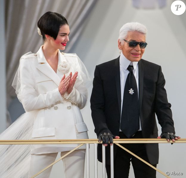 Kendall Jenner et Karl Lagerfeld - final du défilé haute couture de Chanel, automne-hiver 2015-2016, à Paris le 7 juillet 2015.