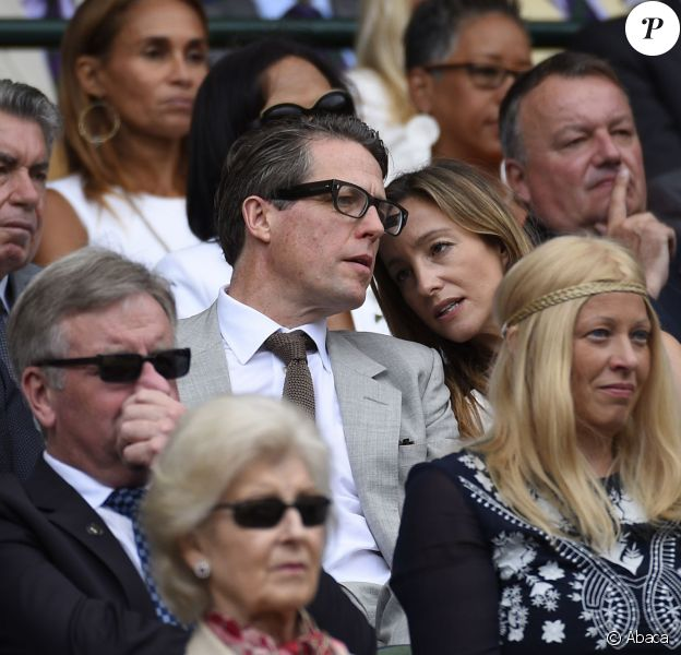Hugh Grant et Anna Eberstein lors de la finale de Wimbledon opposant Novak Djokovic et Roger Federer le 12 juillet 2015