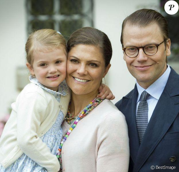 La princesse Victoria de Suède a célébré le 14 juillet 2015 son 38e anniversaire à la Villa Solliden, en compagnie de ses parents, de son mari le prince Daniel, et de leur fille la princesse Estelle, 3 ans, qui a fait le show, comme à son habitude.