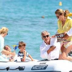 Cécilia et son mari Richard Attias sont venus déjeuner au Club 55 avec la fille de Cécilia et Jacques Martin, Jeanne-Marie Martin, et ses deux enfants Diane Elizabeth et Augustin, le 14 juillet 2015, à Saint-Tropez.