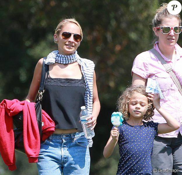 """Nicole Richie emmène ses enfants Sparrow et Harlow passer la journée au """"Kidspace Children's Museum"""" à Pasadena, le 22 juillet 2015"""