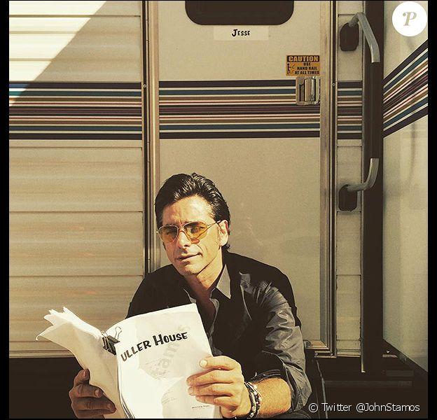 John Stamos pose sur Twitter sur le tournage de la série Fuller House, le vendredi 24 juillet 2015.