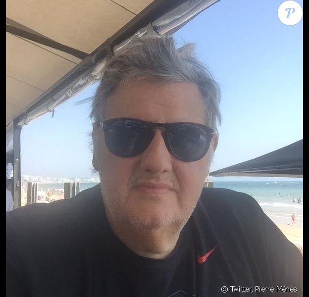 Pierr Ménès a publié une photo le 16 juillet 2015 sur laquelle il apparaît fatigué, quelques jours après être sorti d'un séjour au CHU de Saint-Nazaire