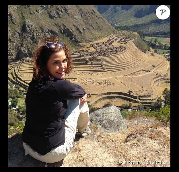 Teri Hatcher en trip au Pérou (photo postée le 17 juillet 2015). Elle apparaît figée, conséquence d'un abus du Botox.
