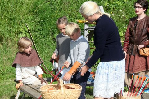 Haakon et Mette-Marit de Norvège : Plongée dans le Moyen-Âge avec leurs enfants