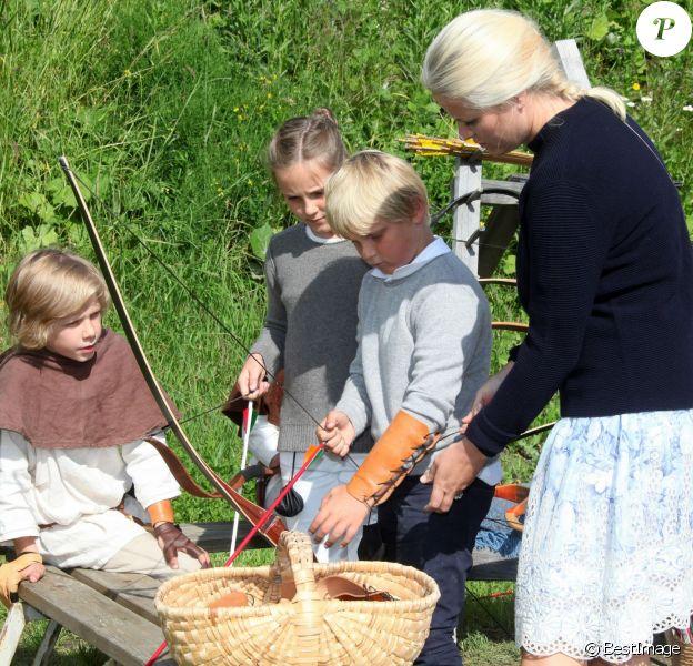 Le prince Haakon de Norvège, la princesse Mette-Marit et leurs enfants la princesse Ingrid Alexandra et le prince Sverre Magnus participaient le 24 juillet 2015 au Festival de Saint Olav à Stiklestad.