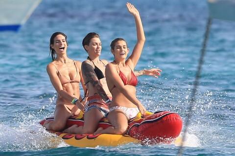 Ruby Rose : Détente en bikini à Ibiza, entre copines... mais sans sa chérie ?