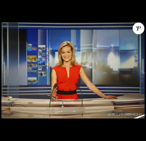 La journaliste Audrey Crespo-Mara, sur le plateau du JT de TF1.