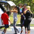Tyga, papa comblé avec son fils King Cairo et des proches à Los Angeles, le 16 août 2015.