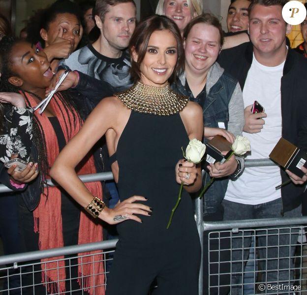 Cheryl Ann Fernandez-Versini (Cheryl Cole) rencontre ses fans à la sortie du restaurant Aqua à Londres et achète un exemplaire du magazine Big Issue à un sans-abri, le 18 août 2014.