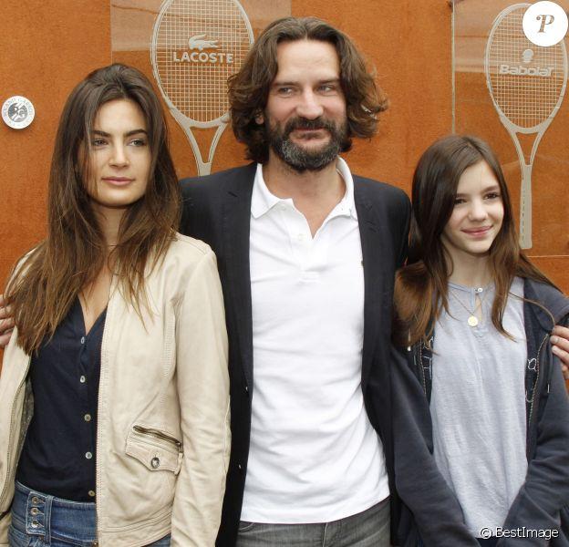 Frédéric Beigbeder et sa femme Lara ainsi que sa fille Chloé lors des internationaux de France de Roland Garros, le 10 juin 2012