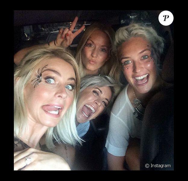 Julianne Hough laisse deviner sa bague de fiançailles tandis qu'elle se rend au concert de Taylor Swift avec ses copines / photo postée sur Instagram au mois d'août 2015.