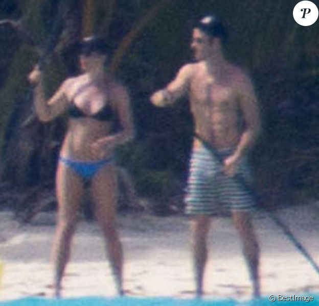 Exclusif - Les jeunes mariés Jennifer Aniston et Justin Theroux passent leur lune de miel à Bora Bora. Le couple a commencé ses vacances par une séance de yoga entre amis dont Jason Bateman et de paddle en amoureux. Le 11 aout 2015.