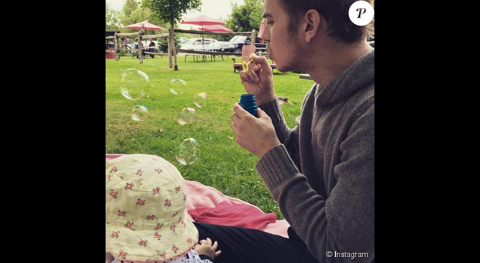 Rachel Bilson a ajouté une photo de son mari et leur fille sur son compte Instagram / août 2015