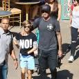 David Beckham, sa femme Victoria Beckham et leurs enfants Harper, Brooklyn, Romeo et Cruz s'amusent lors d'une journée en famille à Disneyland à Anaheim, le 24 août 2015.