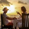"""""""Ronan Keating et sa femme Storm Uechtritz dînent en bord de mer sur l'île de Frégate non loin des Seychelles / photo postée sur Instagram."""""""