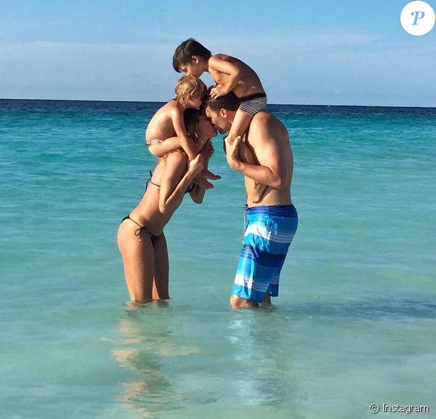 Gisele Bündchen a publié début août 2015 cette photo pour souhaiter un joyeux anniversaire plein d'amour à son mari Tom Brady, avec leurs enfants Vivian et Benjamin.