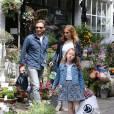 Exclusif - Première sortie en famille des jeunes mariés Geri Halliwell et Christian Horner à Londres à leur retour de lune de miel à Woburn Abbey. La petite Bluebell est souriante et heureuse, elle tient la main à Christian Horner, le 30 mai 2015