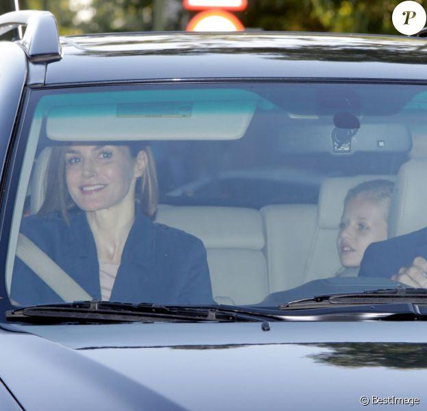 Letizia et Felipe VI d'Espagne accompagnaient vendredi matin, le 11 septembre 2015, leurs filles Leonor, princesse des Asturies, et l'infante Sofia pour leur rentrée des classes au collège privé Santa Maria de los Rosales, dans la banlieue ouest de Madrid.