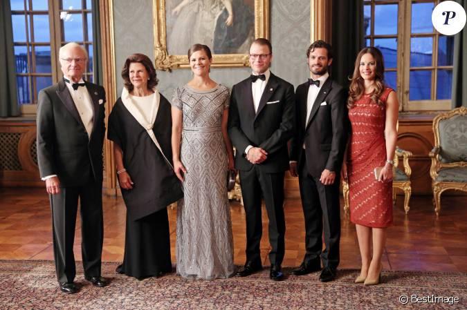 La princesse sofia de su de en robe rouge avec la for Code de robe de mariage de palais de justice