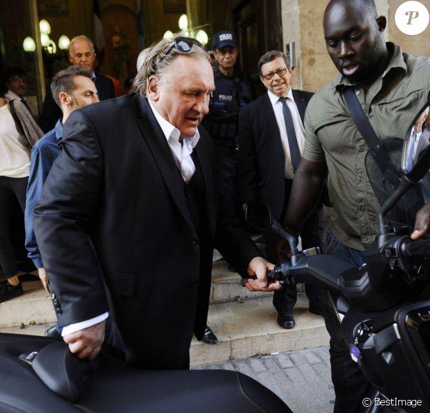 Gérard Depardieu, en tournage à Marseille, vient saluer le maire Jean-Claude Gaudin à l'Hotel de Ville le 1er septembre 2015.