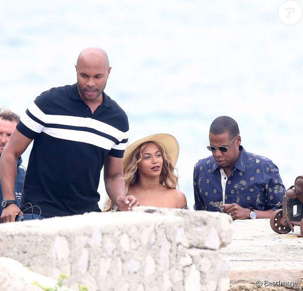 Beyoncé Knowles et son mari Jay Z quittent leur yacht pour aller déjeuner à terre avec leur fille Blue Ivy dans les Iles de Lerins le 16 septembre 2015.